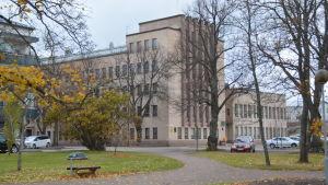 Stadshuset i Hangö syns från parken intill.