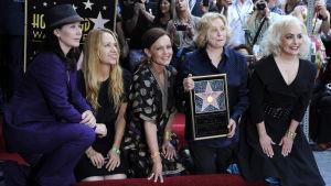 The Go-Go's: Kathy Valentine, Charlotte Caffey, Belinda Carlisle, Gina Schock och Jane Wiedlin poserar vid deras stjärna på Hollywood Walk of Fame.