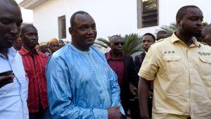 Adama Barrow (i mitten) inför ett möte i Banjul med afrikanska ledare i december 2016.