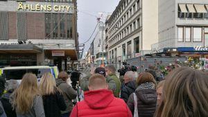 Folk på Drottninggatan i Stockholm.
