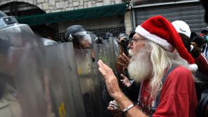 En av demonstranterna i Caracas var utklädd till jultomte. 12.5.2017
