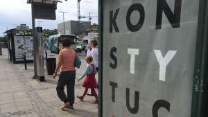 """Busshållplatsreklam i Gdansk i Polen där det står """"Konstytucja"""""""