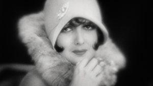 Betty Amann on hienostunut jalokivivaras elokuvassa Asfaltti (1929).