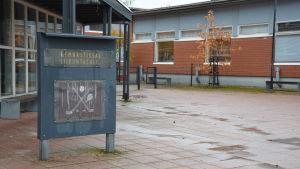 Tegelbyggnand med skylt som det står gymnastiksal på.