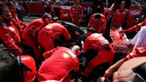 Ferraris personal jobbar med Sebastian Vettels bil.