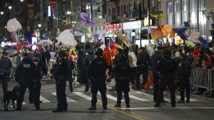 Poliser övervakar Halloween-firandet efter det misstänkta terrorattentatet i New York.