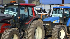 Traktorer uppställda för demonstration i Vasa hamn.