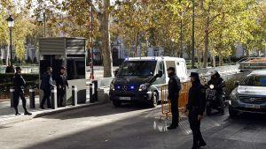 Katalanska separatistledare lämnar högsta domstolen 1.12. 2017.