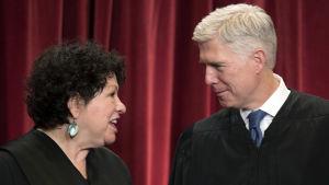 Den amerikanska högsta domstolens två nyaste domare, Sonia Sotomayor och Neil Gorsuch, i närbild.