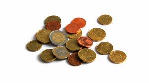 Eri suuruisia euron kolikoita aseteltuna valkoisen taustan päälle.