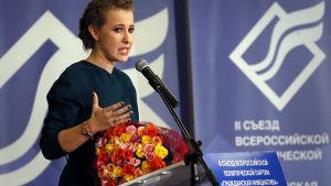 Ksenia Sobtjak talar på konferens i december 2017.