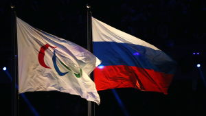 Paralympiska- och ryska flaggan vajar