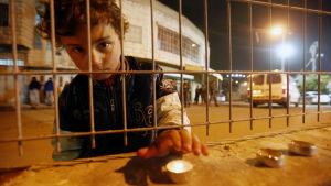 Pojke har tänt ljus för att fira Ahed Tamimis födelsedag.