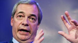 Nigel Farage ville veta varför sidvisningar hos konservativa politiker minskat.