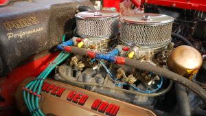 En V8-motor med dubbla förgasare