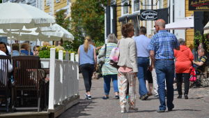 Turister på solig gata i Gamla stan i Borgå.