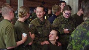 """Beväringar minglar på evenemanget """"X3M på Drakan""""."""
