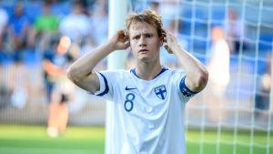 Den finländska juniorfotbollsspelaren Saku Ylätupa håller sig för huvudet.
