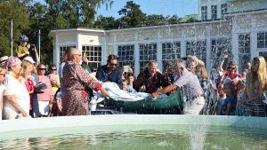 Årets sjusovare 2018 i Hangö kastas ner i Casinoparkens fontän.