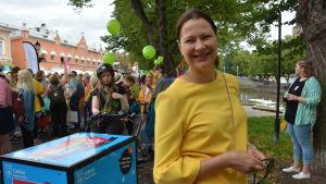 stadsdirektör minna arve satsar på gul klädsel under åbo pride 2018