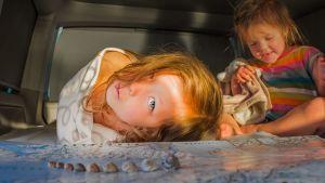 Lapset makaavat lattialla.