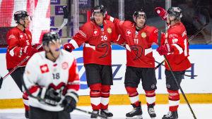 Juha-Pekka Hytönen, Jarkko Immonen, Éric Perrin och Jani Tuppurainen firar ett mål.