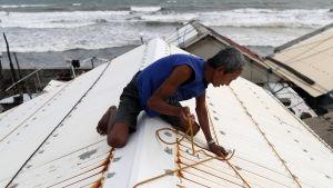 Invånare förbereder sig på tyfonen.