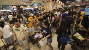 Folk i Hong Kong hamstrar mat inför tyfonen.