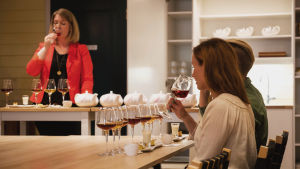 Anna Grotelfelt-Paunonen pitää Hannamari Hoikkalalle ja Nicke Aldénille tee-maistelutilaisuutta, jossa eri teelaatuja yhdistetään niihin sopiviin ruokiin.