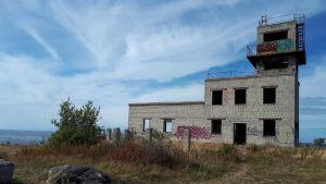 Rapistunut vartiotorni Suomenlahden rannalla muistuttaa Neuvosto-Eestin ajoista.