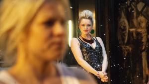Anna-Maija Tuokko som Natasja i Kolme sisarta på Nationalteatern.