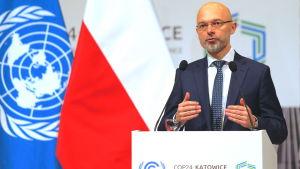 Klimatkonferensens ordförande Michail Kurtyka står bakom talarpodiet i Katowice