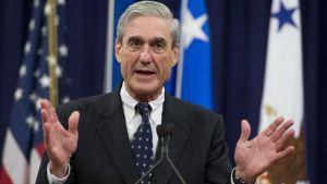 Specialåklagare Robert Mueller talalr med händerna, i bild från 2013 då han lämnade chefsjobbet på FBI.