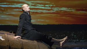 Ville Rusanen som Petter Kummel i operan Jää ( Is).