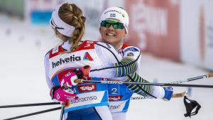 Maja Dahlqvist kramas om av Stina Nilsson efter att ha säkrat ett svenskt guld i lagsprinten.