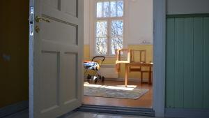 Ett gult rum och en gammal spegeldörr i rosalas gamla förskola