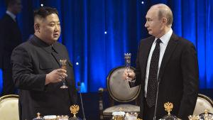 Kim Jong-Un och Vladimir skålor i samband med toppmötet i Vladivostok i Ryssland.