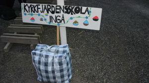 En skylt där det står Kyrkfjärdens skola