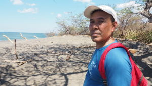 Juan Manuel Berroterán står på en strand i Nicaragua.
