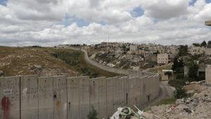 Den israeliska muren mellan östra Jerusalem och den palestinska byn Abu Dis