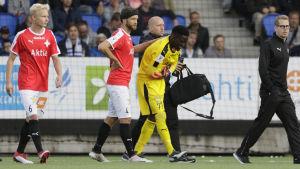 Arnold Origi har ont och får en klapp på ryggen av Hannu Patronen.