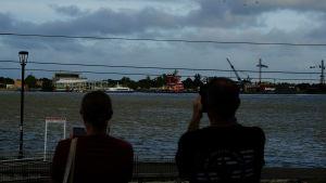 Människor spanade ut över Mississippifloden i New Orleans på torsdagen.