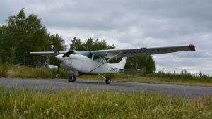 Ett litet flygplan står på en asfaltsplan.