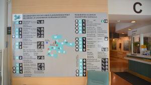 Raseborgs sjukhus avdelningar uppräknade på en kartskylt inne i sjukhuset