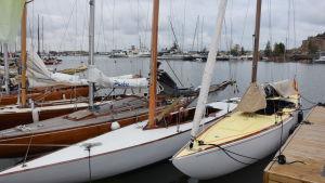 Spanska exkungen Juan Carlos tävlingsbåt förtöjd i Hangö.