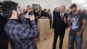 Rap-artisten Timati poserar med Vladimir Putin inför presidentvalet 2012