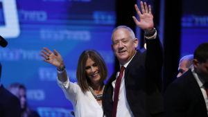 Den forne överbefälhavaren, Blåvitts partiledare Bruno Gantz och hans fru Revital Gantz under valvakan i Tel Aviv den 17 september.