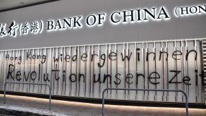Kinesiska bolag utsätts både för vandalism och bojkotter. Ekonomiskt spelar de en allt viktigare roll i Hongkong.