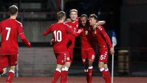 Danska U21-landslagsspelare firar ett mål av Nikolas Nartey.