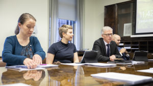 Vihreiden Mirka Soinikoski (vas.) ja Jenni Pitko sekä keskustan Ari Torniainen ja Joonas Könttä liikenne- ja viestintävaliokunnan kokouksessa lokakuussa 2019.